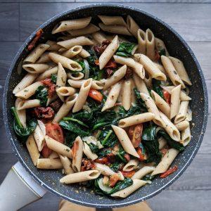 Red die aangebroken pot pastasaus